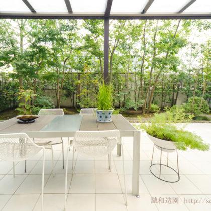白いテラスの庭